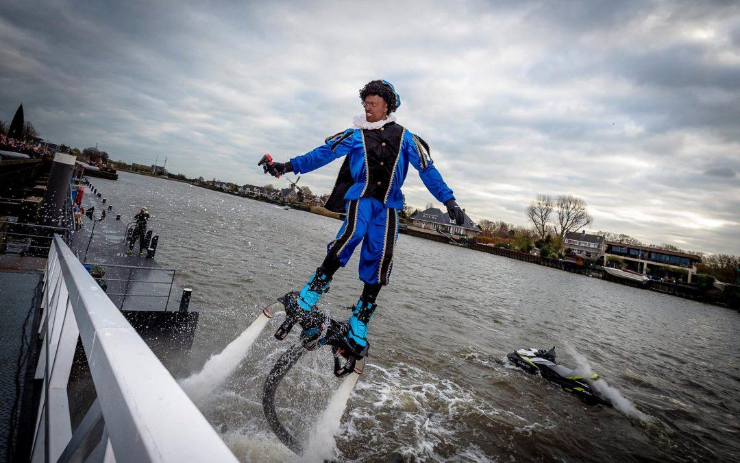 Flyboard piet haalt sinterklaas binnen in Capelle aan de IJssel en Westzaan
