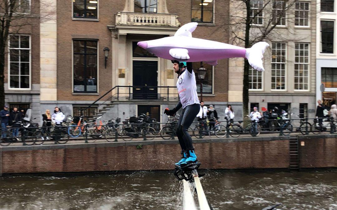 Flyboardshow om aandacht te vragen voor dolfijnen